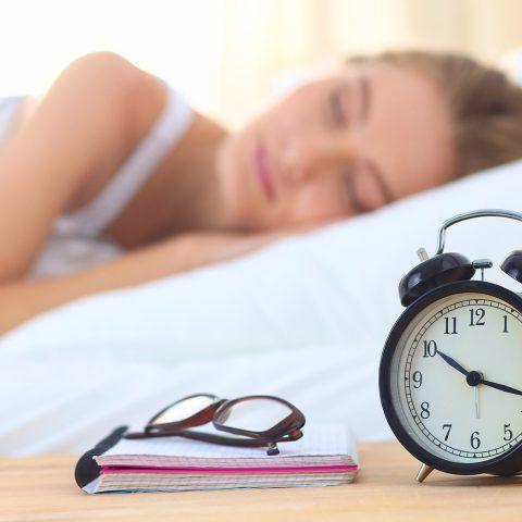 Kun jij ook niet slapen met een verstopte neus? Lees dan snel verder, want deze tips om te slapen met een verkoudheid helpen echt! Adem in..