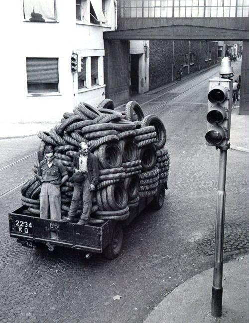 Robert Doisneau - Usine Renault de Boulogne de Billancourt 1935 - Automobiles Classiques juin / juillet 1990.