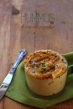 L'hummus di ceci è una ricetta classica mediorientale. Accompagna verdure crude, crostini di pane come antipasto. Cremosa, golosa, saporitissima e buona.