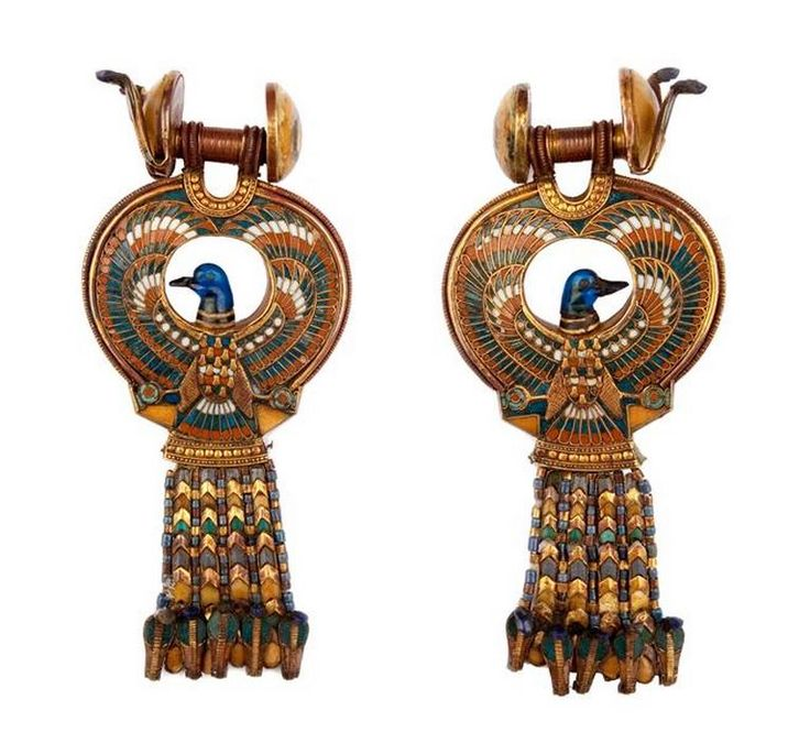 Earrings with blue birds -  calcite , cloisonné-enamel , earthenware , glass paste , quartz. Reign of Tutankhamun 1336-1327 BC. DISCOVERY SITE: Tutankhamun's tomb. | Photo (C) CULTNAT, Dist. RMN-Grand Palais / Ayman Khoury.