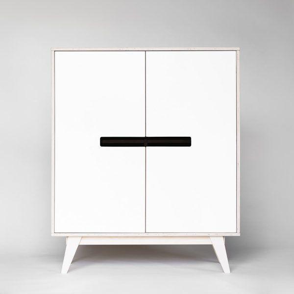 Minimalistischer Küchenkommode In Weiß Für Töpfe, Geschirr, Gläser,  Tischdecken Und Mehr. Schrank