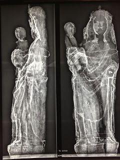"""Statue en bois polychrome et doré du XVème """"Vierge à l'Enfant"""".  Radiographie de l'oeuvre pour analyse. (http://atelierarticuci.blogspot.be/2014/11/restauration-et-conservation-dune.html)"""