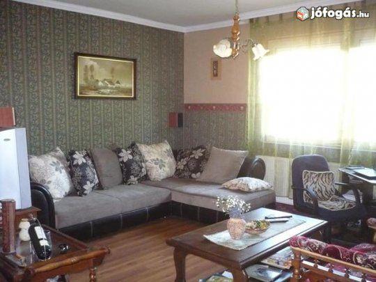 Felső- Józsa, hőszigetelt 2 szoba nappalis ház eladó - Debrecen: Debrecen, Felső-Józsa, közel a Gönczy Pál utcához, buszmegállóhoz, csendes helyen, eladó ez a hőszigetelt, 100 nm-es lakterű, kétszintes ház, teljesen alápincézve, itt garázzsal, összközműves 800 nm-es telken. A ház folyamatosan karban van tartva, 1986-ban épült. Bejáratnál terasz, előszoba, nagy tágas étkező konyha, itt több méteres konyhabútor, kerámia lapos tűzhely, elszívóval, beépített mosogatógép, mosógéppel. Itt van egy…