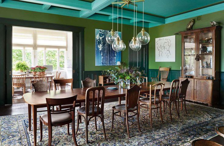 Iaa och Robert ville överraska sig själva och sina besökare med en eklektisk inredning. Nu sprakar hemmet av färg och humor.