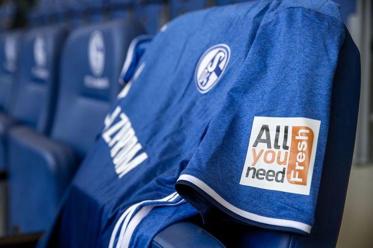 Die RuhrNachrichten berichten über einen neuen Ärmelsponsor beim FC Schalke 04 sowie eine in das Trikot integrierte Bezahlfunktion