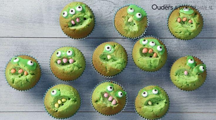 Hip in de klas met deze kindertraktatie. Deze stoere cupcakes zijn heel simpel te maken. Snijd een stukje uit het midden van je groene cupcake voor de tandjes en plak de ogen van het monster op het cakeje. Een monsterlijk lekkere kindertraktatie. Nog zo'n stoer item voor in de klas? Met dit broodje duikboot maakt je kleine zeker indruk. Dit heb je nodig: Cupcakes (zelfgebakken) Groene kleurstof (eetbaar) Gepofte rijst Decoratie oogjes (eetbaar) Poedersuiker Zo maak je ze: Meng groene kle...