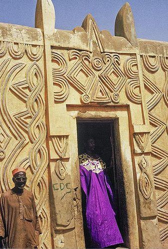 Arquitetura houssa, vendo-se a porta da casa. Zinder, antiga capital do Niger.  Fotografia: Georges Courreges.