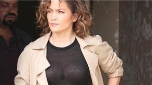 Jennifer Lopez ters ışık kurbanı!: 'Shades of Blue' dizisinde 'Harlee Santos' adlı dedektife hayat veren Jennifer Lopez giydiği siyah renkli şeffaf kazak ve ters gelen güneş ışığı nedeniyle zor anlar yaşadı.Kapıdan çıkarken üzerindeki uzun pardesünün açılması sebebiyle 47 yaşındaki ABD'li oyuncu ve şarkıcının iç çamaşırı göründü....