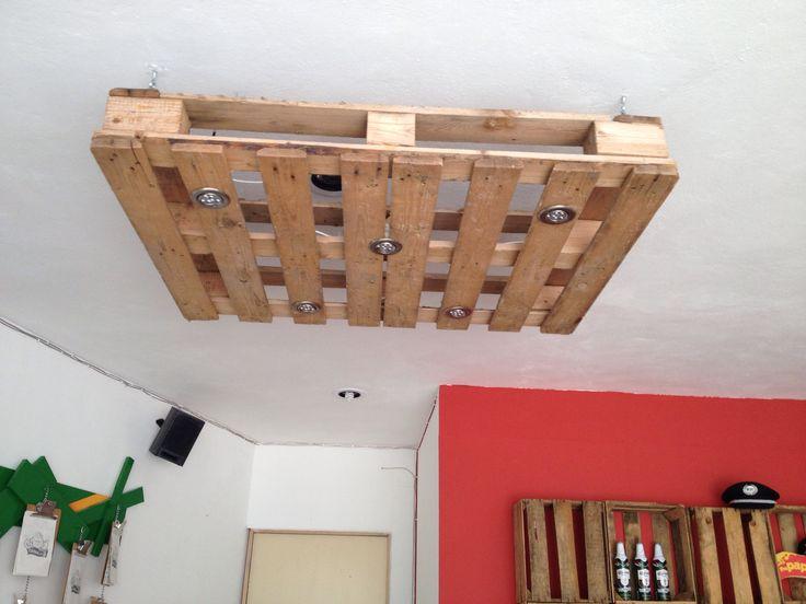 L mpara estil r stico fabricada de palets de desecho for Mobiliario rustico para bares