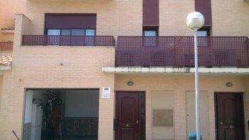 #Vivienda #Zaragoza Casa Unifamiliar en alquiler en #Utebo zona Estación - Casa Unifamiliar en alquiler por 690€ , nuevo, 3 habitaciones, 215 m², 2 baños, exterior, con piscina, con terraza, garaje 1 plaza/s, suelos de pergo, calefacción individual de gas
