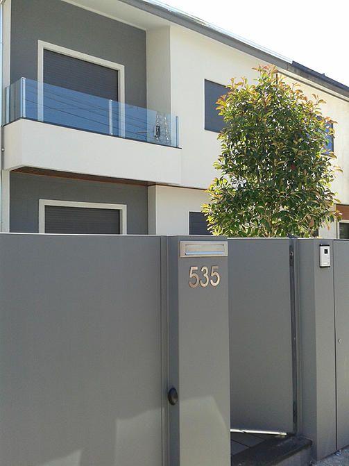 Fachada branco/cinza - varanda vidro, caixa correio e n.º porta