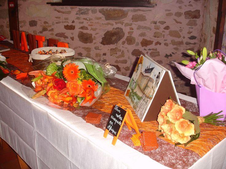 Table décorée où se situait le livre d'or ainsi que les dragées/berlingots supplémentaires et l'urne