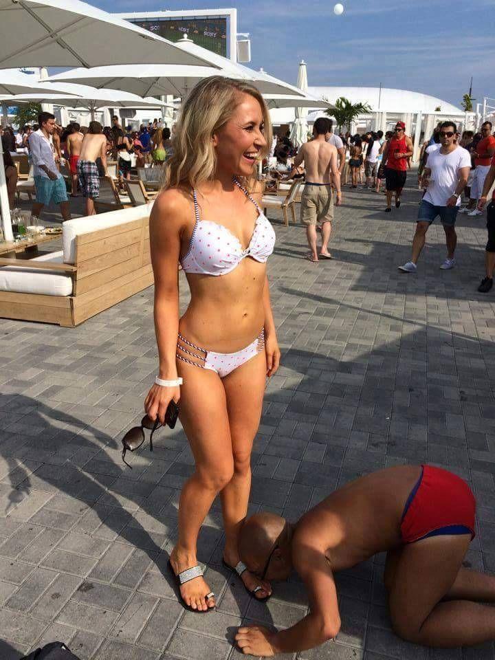 Mann sucht die füße von frauen auf der rückseite zu lecken