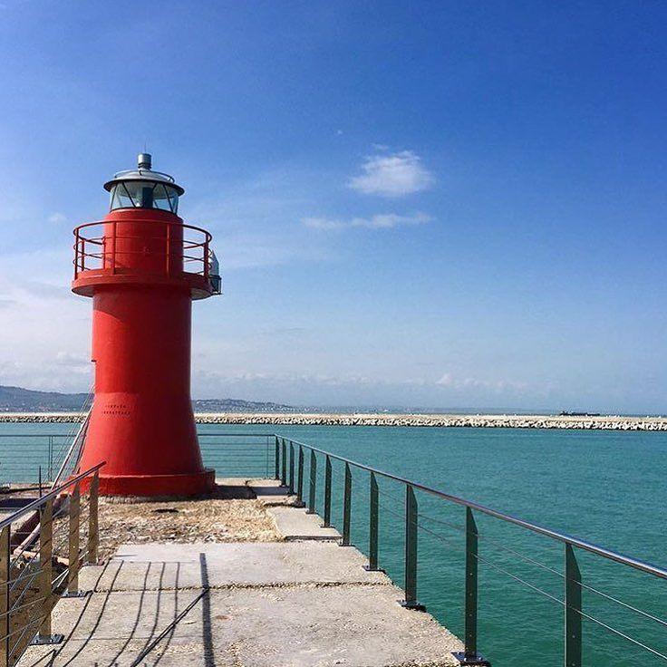 Un motivo in più per desiderare il sole: la lanterna rossa di Ancona è di nuovo fruibile (e @michelefanesi l'ha fotografata per noi con il sole) #igersmarche by igersmarche