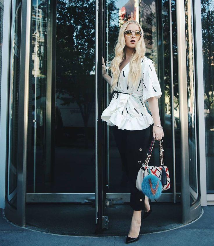 La inigualable Vesta Lugg quién nació en Canadá, pero nosotros ya la consideramos chilena , aquí luciendo un look minimalista y juvenil #modachile #fashionblog #difundimosmoda