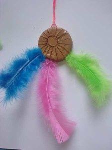 amérindien collier à plume avec argile qui sèche à l'air libre