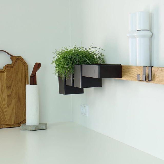 KITCHEN DETAILS ✨ het Deense ontwerpduo @gejstdesign maken hele duurzame, functionele en mooie spullen voor de keuken! Zowel de keukenrolhouder als het FLEX wand-systeem is verkrijgbaar op www.byjensen.nl!