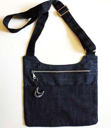 Besace plate, doublée, zippée et avec deux poches devant.  Tissu : toile de coton