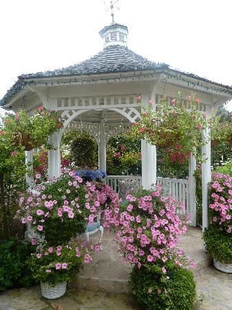 Gazebo and roses. I would love to have a small gazebo in my garden! #gardens