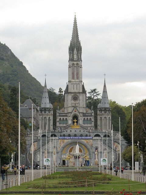 Basilique Notre-Dame-du-Rosaire, Lourdes, France (by bubbahop).