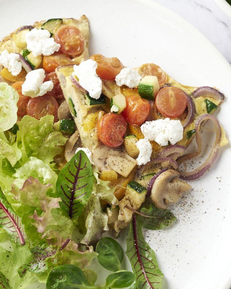 Een supergezonde omelet met een regenboog aan groenten en frisse geitenkaas. Een vegetarisch smaakbommetje!
