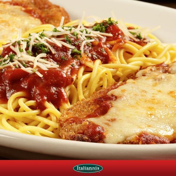 Pollo empanizado, marinara, mozzarella y spaghetti, eso hace irresistible al Pollo Alla Parmigiana.