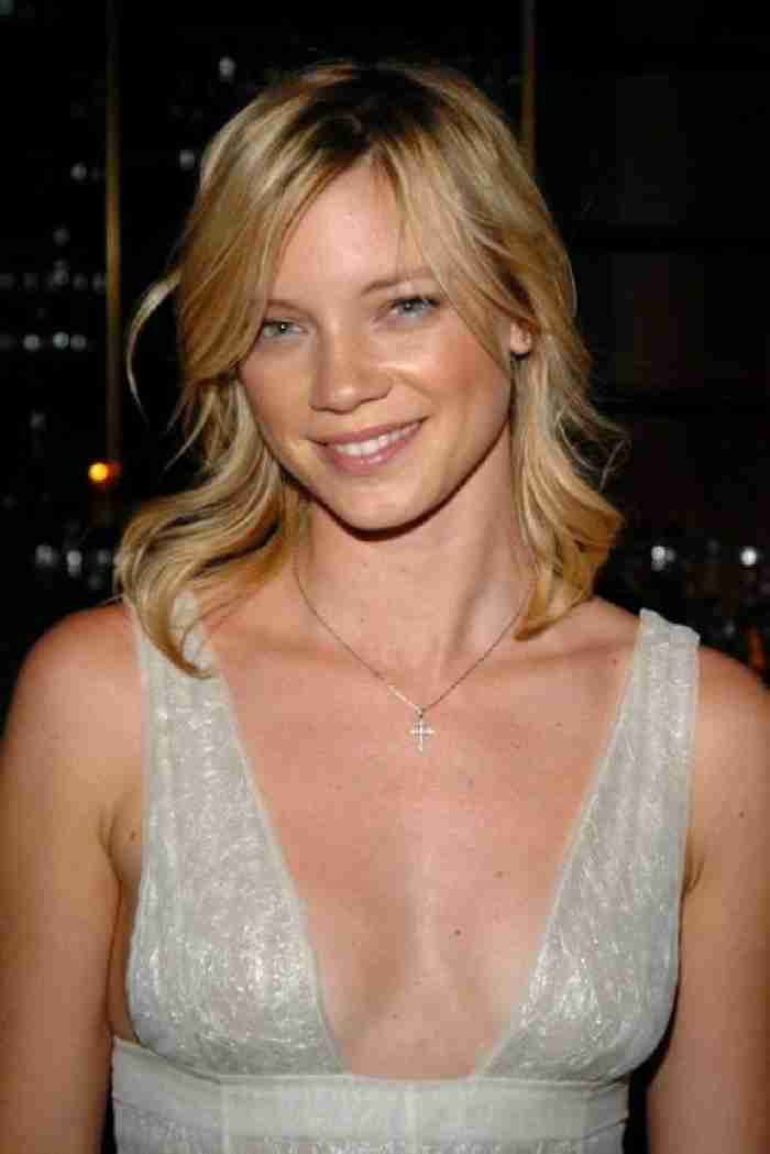 Amy Smart says daughter was born via surrogate after 'fertility struggles'  #AmySmart #RyanReynolds