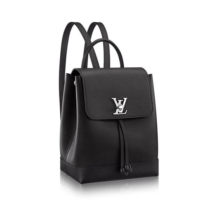 Descubra el Louis Vuitton Mochila Lockme  De piel flexible y con el discreto sello del cierre LV Twist, esta mochila completa la familia Lockme con una silueta fresca y actual. Por su ligereza y feminidad, es un complemento juvenil para el día a día de la mujer activa, que podrá llevar como bolso de mano, al hombro o a la espalda.