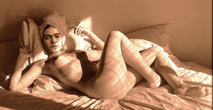 * Frida Kahlo NON NON photo d'Andre de Dienes 1940 avec montage de la tête de Frida.y