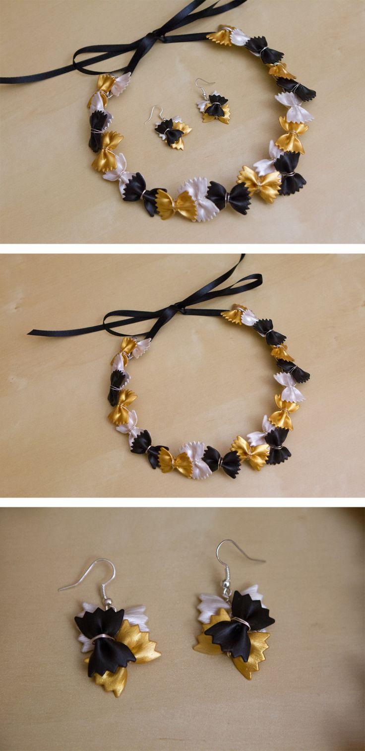 Et voilà la petite nouveauté en ce début de mois ! Le collier a été réalisé avec des farfalle de taille normale et les boucles avec des mini farfalle (support plaqué argent). Les pâtes sont peintes à l'acrylique : noir, blanc nacré et or.