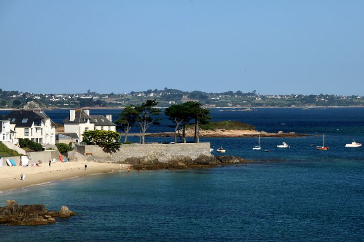 Seaside town in the Bay of Morlaix, Finistere, Carantec is known for its diversity of water activities. Do not miss the castle of Taurus, beautiful vestige of the time of fortifications, and open to the public since 2006. © DjiggiBodgi.com - Fotolia.com