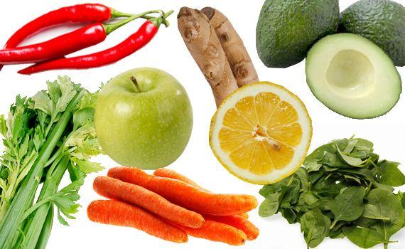 """""""Beauty Smoothie"""":  1 avokado  1 agurk  2-4 brokkolibuketter  1-2 gulrøtter  2 selleristenger  2 håndfuller spinat  2 cm ingefær  ¼ eple  ¼ chili uten frø  1 sitronskive til pynt"""