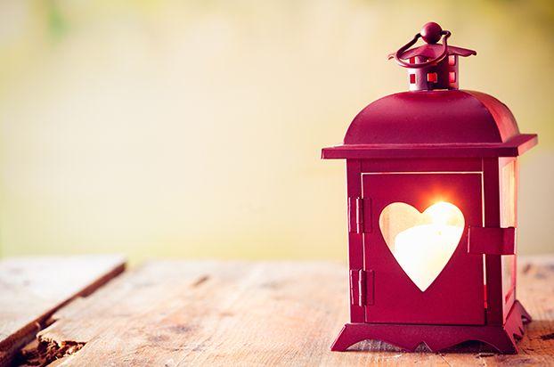 Lanterna romântica com formato vermelho. Lanterna vermelha.