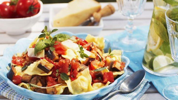 Die fruchtige Tomaten-Auberginensugo passt perfekt zu den Tortellini mit Spinatfüllung: Gefüllte Nudeln mit Tomaten-Auberginen-Soße | http://eatsmarter.de/rezepte/gefuellte-nudeln-mit-tomaten-auberginen-sosse