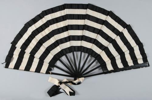 Eventail à système (trick fan), 1890-1895. Paris Musées.