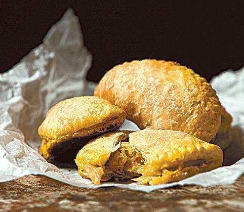 Hapankaali-inkiväärisamosat. Intialaisessa keittiössä suositut samosat täytetään mausteisella kasvisseoksella. Tässä reseptissä luonnollisesti hapankaali-mausteseoksella.