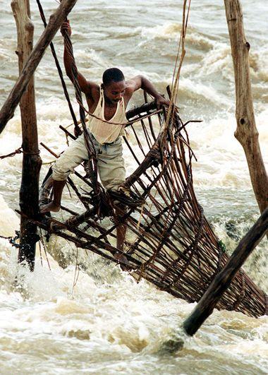Een visser controleert zijn fuik in de stroomversnellingen van de Congo rivier bij Kisangani in Congo-Kinshasa (Democratische Republiek Congo).