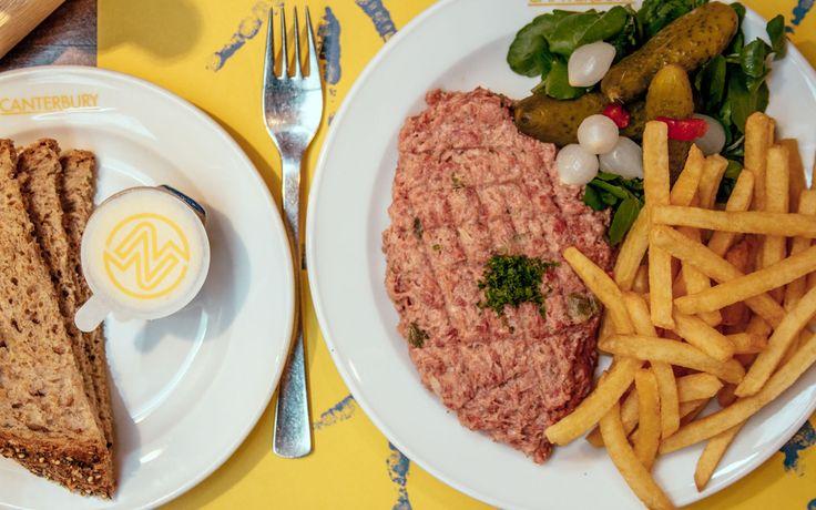 Op zoek naar een restaurant in Brussel met echt Vlaamse gerechten? Dan moet je zeker naar Canterbury gaan. Hier eet je namelijk alle klassiekers, van vol-au-vent tot filet américain, friet en heerlijke stoofjes. Op het menu vind je dus voornamelijk typisch Vlaamse gerechten, gemaakt met passie, kennis en kunde. Denk aan de eerder genoemde filet …