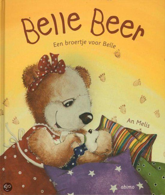 Mama Beer krijgt binnenkort een baby. Papa Beer en Belle verzamelen spullen voor het kleine beertje. Ze vinden een mutsje, een pyjama, leuke slofjes… Belle vindt al die spulletjes ook mooi. Ze zou alles graag zelf houden, ook haar babyknuffeltje... Maar alles is nu te klein. En een knuffel heeft ze al.  Plaats in de bib: MELI 45 GEEL 3+