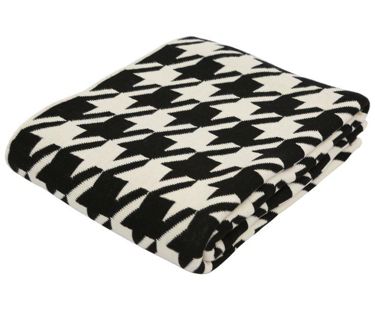 """Mit diesem Plaid ist Ihnen stilvolles Kuscheln garantiert. Durch das gleichmäßige Muster in Creme-Schwarz verleihen Sie Ihrer Couch einen eleganten Look, auf den Sie an gemütlichen Abenden nur ungern verzichten möchten. Mit der passenden Kissenhülle aus der Serie """"Simon"""