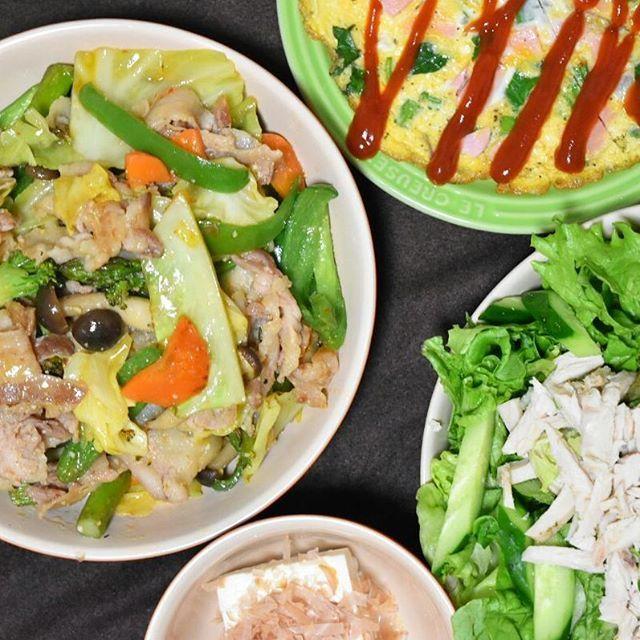 """この日の夕食は野菜炒め🌃🍴。味噌、酒など回鍋肉風に。サラダの鶏肉はセブンイレブンに売ってる""""サラダチキン""""で時短対策。玉子焼きは、魚肉ソーセージ等、冷蔵庫のありあわせを入れてます😁。 #おうち#おうちごはん#夜ごはん#夕食#今日の夕食#ばんごはん#晩ご飯 #晩御飯#うつわ#ルクルーゼ #japanesefood#instafood#instacook  #料理#料理写真#夫婦ごはん#ふたりごはん#野菜サラダ#豆腐#野菜炒め #回鍋肉#コンビニ#ひかり味噌#肉 #豚肉#中華#創味シャンタン #todaysdinner#familydinner"""