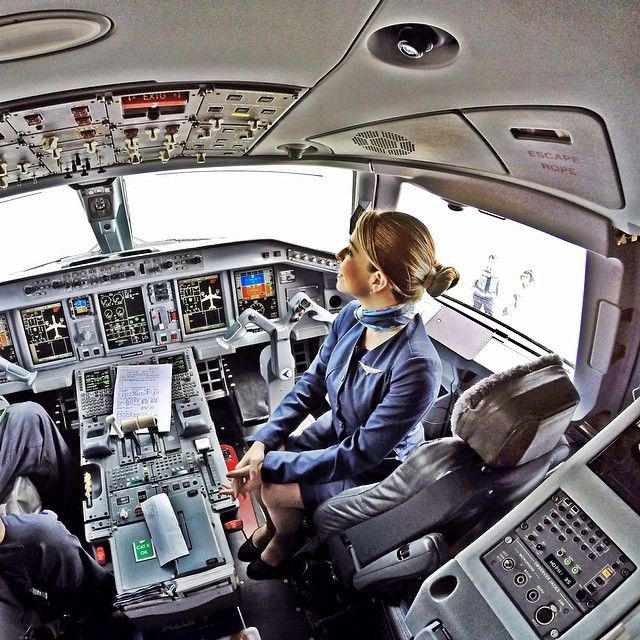 Stewardess, Escritório ... ✈ . Commercial PlaneCommercial AircraftAirplane  ModeFlight AttendantAeroplanesAir TravelPilotAirportsWings