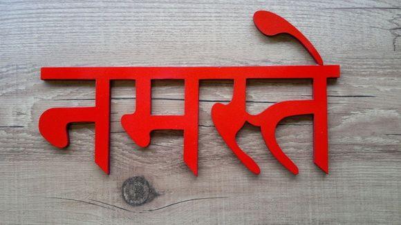 """Namastê é uma palavra do sânscrito e significa literalmente """"saudação a você"""". No Yoga, namastê quer dizer """"o universo que habita em mim saúda o universo que habita em você""""."""
