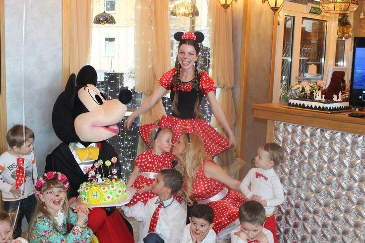 Наталья организовала для своей  доченьки день рождения в стиле Микки Маус! Платье и ушки для маленькой Миланы шили в мастерской Киднесс и отправили по почте прямо в Ялту! В одежде всех гостей на празднике обязательно присутствовал атрибут красно-белого горошка. Сказочный торт и настоящий Микки Маус дополнили все мероприятие настоящим позитивом и волшебством. Ждем ваших оценок! Спасибо Наталье Сергеевой за чудесные фотографии!
