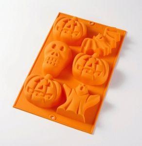 Moule 3D Halloween de Lékué en silicone 100ù platine. Ultra pratique, hygiénique et anti-dérapant. Quoi de mieux pour faire plaisir à nos bambins et leur faire des gâteaux en forme de citrouille, chauve-souris, etc..., C'est le moment de vous y mettre !