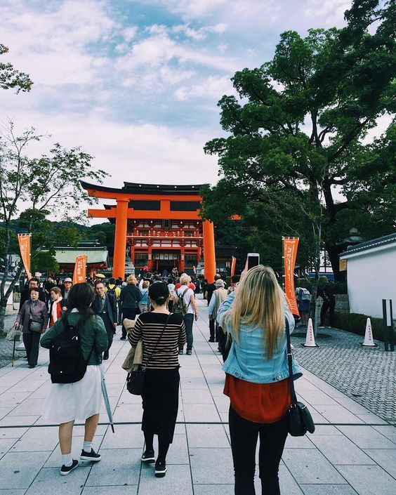 One of my favourite places I have visited on my trip around Japan: Fushimi Inari Taisha with its famous orange torii gates. It's been four wonderfully exciting weeks in a country with many quirky things to see, do and eat, traveling through sights, sounds and smells that I haven't experienced before. And I still have a lot of Japanese etiquette to learn! Now it's off on an early bird flight to warm up my feet...☀️ #Kyoto #KyotoJapan #visitjapan #explorekyoto #japantravel #japantrip #discove