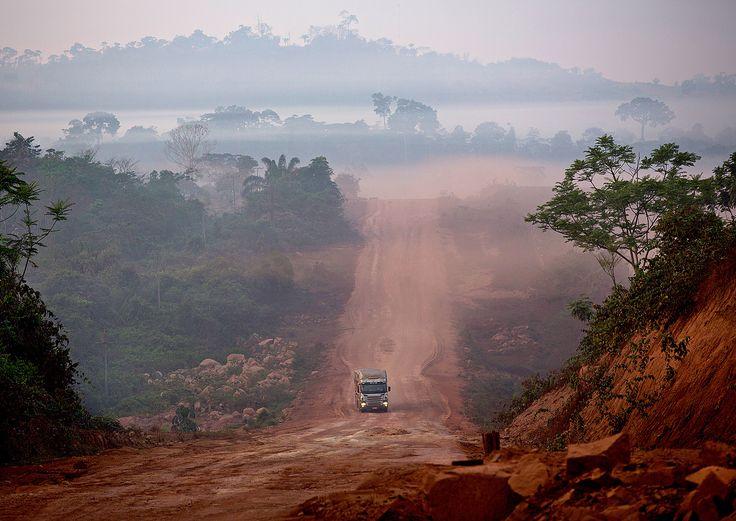 """Virou fumaça, ou poeira, o plano """"BR-163 Sustentável"""", principal tentativa de Marina Silva quando era ministra de Lula para evitar o desmatamento induzido por estradas na Amazônia. Não se vê outra coisa -pó e fumaceira- nos cerca de 200 km que ainda falta pavimentar da rodovia no sudoeste do Pará."""
