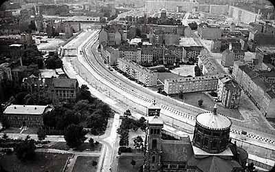 Berlin Duvarı 1961 yılında yapılmış olan 46 km uzunluğundaki duvardır. yapılış amacı dünyanın Doğu ve Batı bloğu olarak iki ayrı kutba ayrıldığı ve soğuk savaşın yaşandığı dönemde Doğu Almanya vatandaşlarının Batı Almanya bölgesinekaçışını engellemektir.