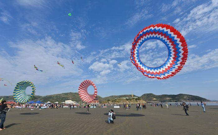 Des amateurs font voler des cerfs-volants en forme de halo lors d'un festival de cerfs-volants au bord de la mer dans le district de Daishan, dans la province du Zhejiang (est), le 20 octobre 2012