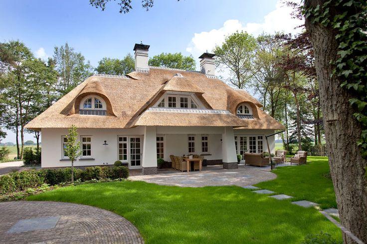 Witte rietgedekte woning in Beekbergen(1) - 01 Architecten - Ontworpen door Dennis Kemper tijdens de periode dat hij bij EVE-architecten werkte.
